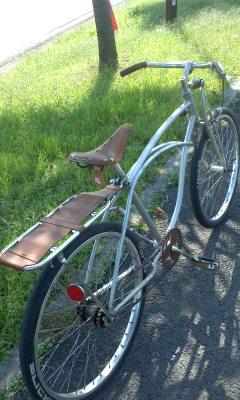 注文した茅ヶ崎の自転車屋さんから足立区まで乗って帰ってきた愛用の自転車。ハンドルのグリップや泥除けは自作品。コースターブレーキなので購入した革を担いで帰るときも心配なく運転できる