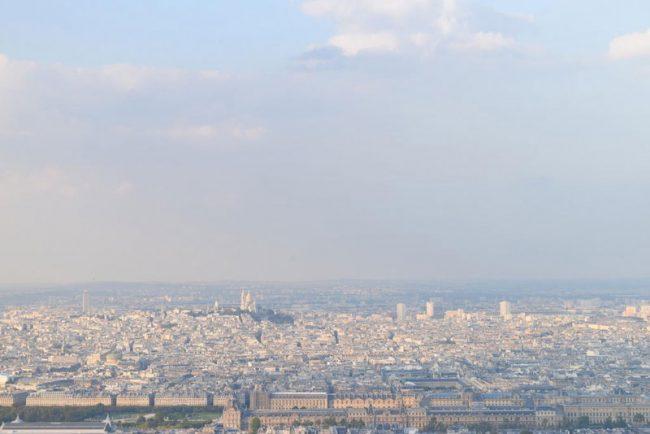 パリを一望しながら日没の瞬間を静かに待ち続ける瞬間は感動