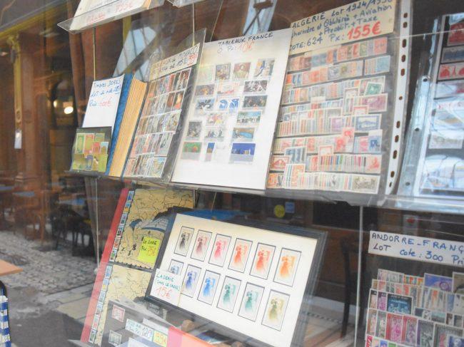 パリ中の切手商が集まっている