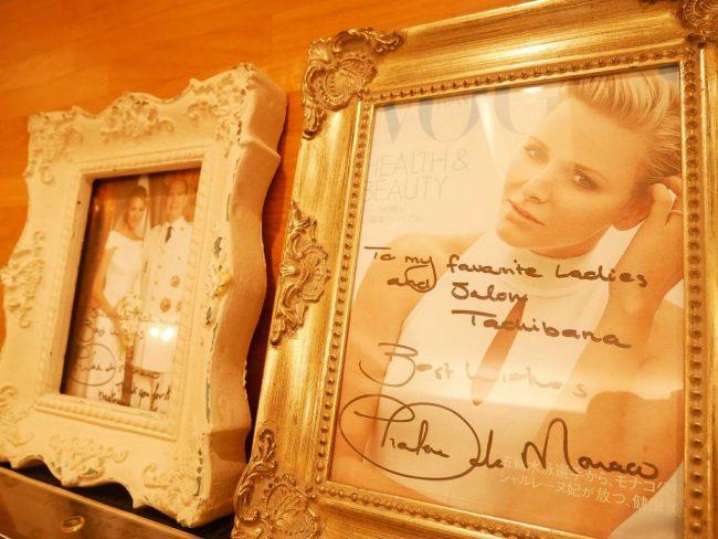 店内にはモナコ王妃のサイン入り写真。わたしたちもプリンセス気分が味わえます。