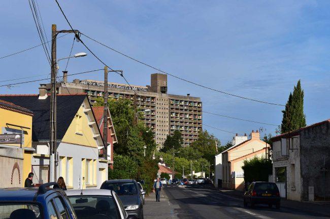 近辺は低層住宅ばかり、この建物だけ背が高いのですぐわかります。