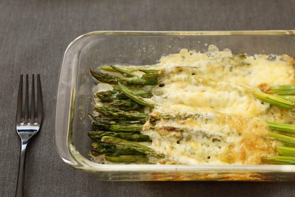 緑の野菜のチーズ焼き
