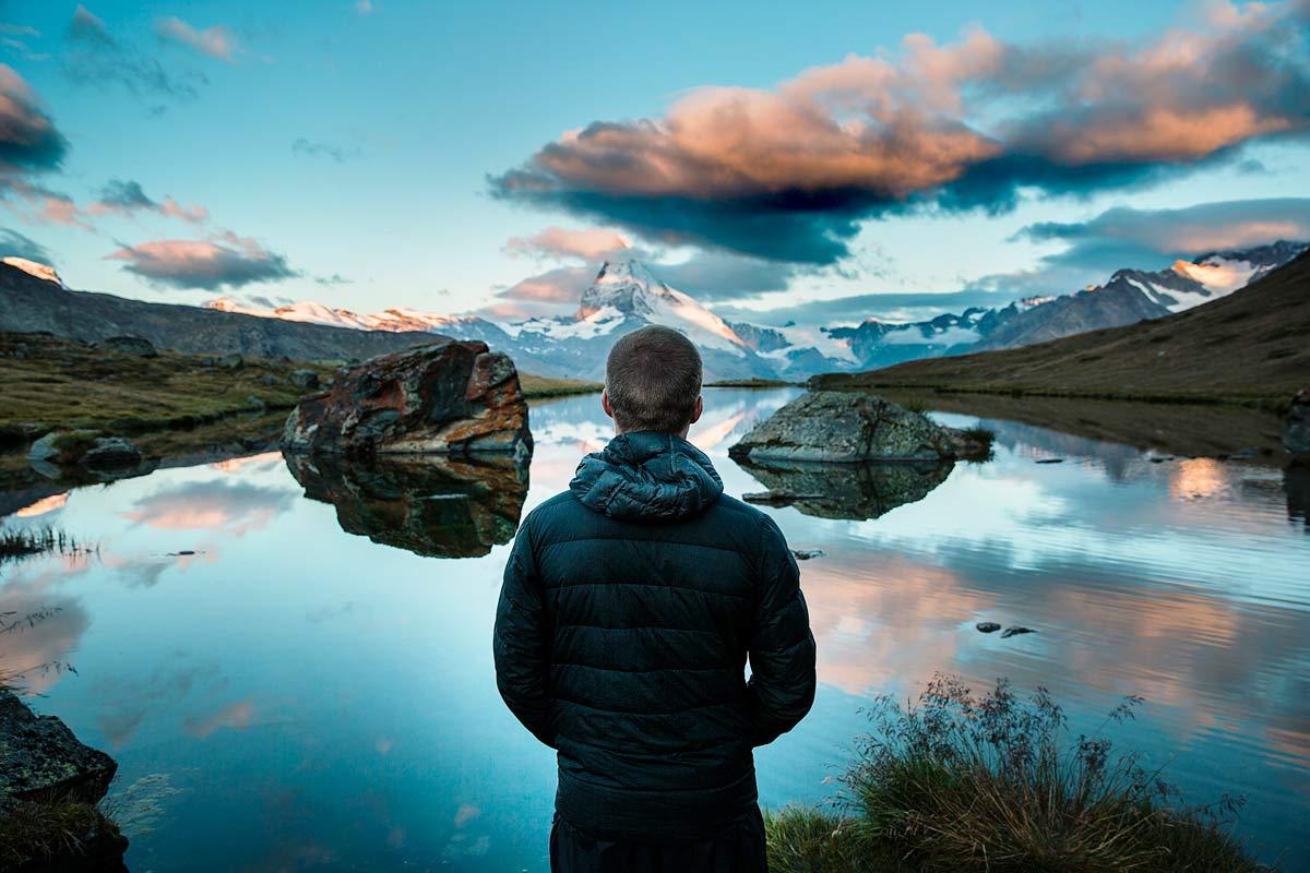 湖を見る男性