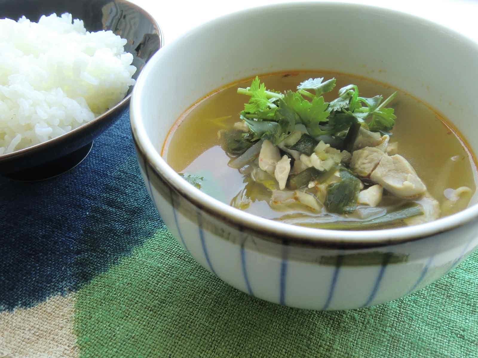 パクチーと鶏肉のピリ辛スープ