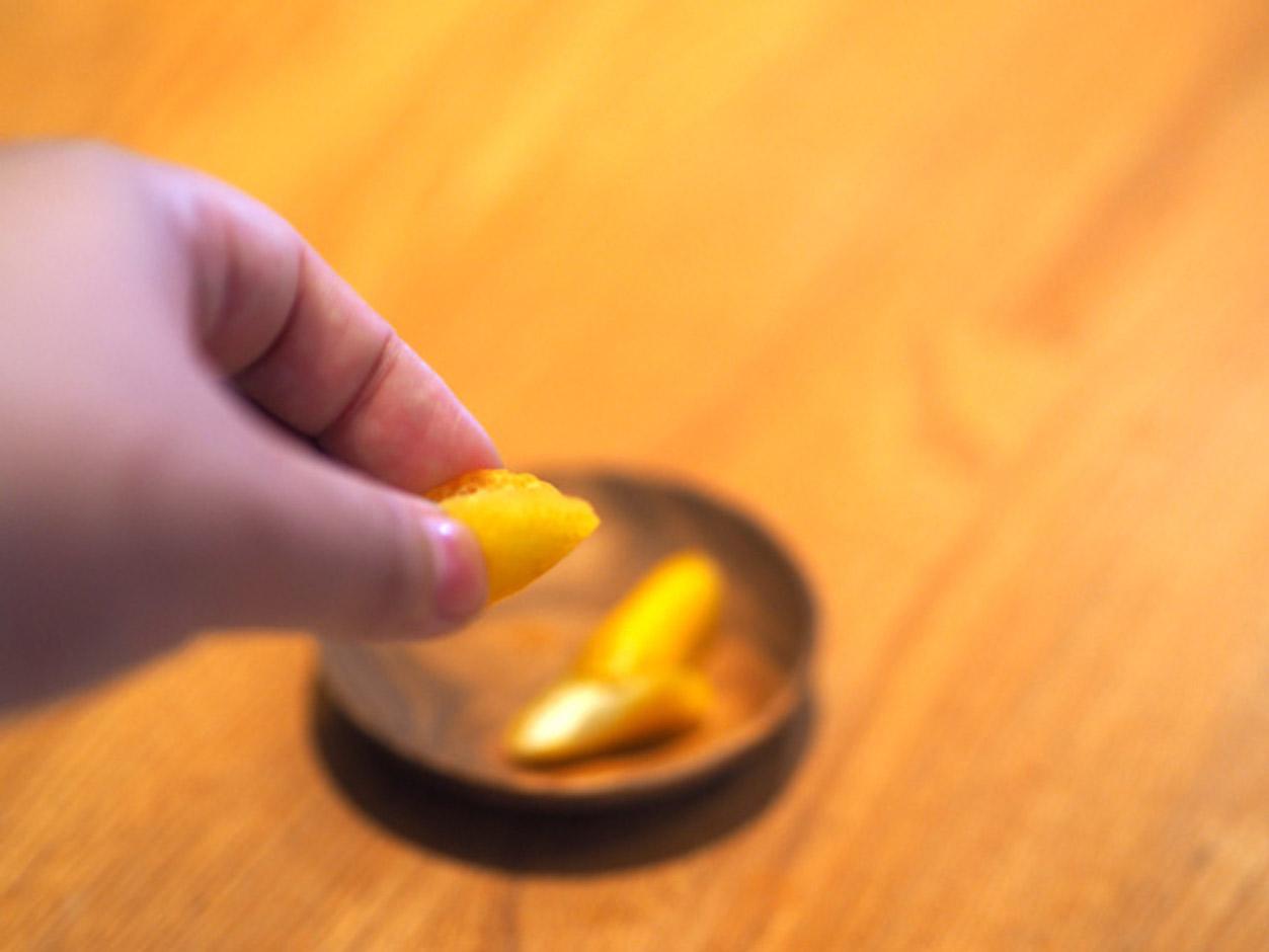 レモンの皮を絞る