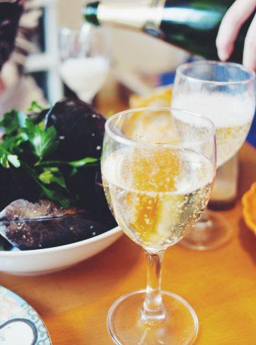 南三陸産の特大ムール貝で作ったワイン蒸しに、アルザス地方のスパークリング・ワイン「Cremant d'Alsace」(クレマン・ダルザス)