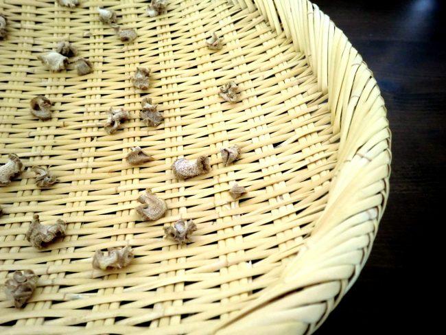 蒸した生姜を乾燥させます