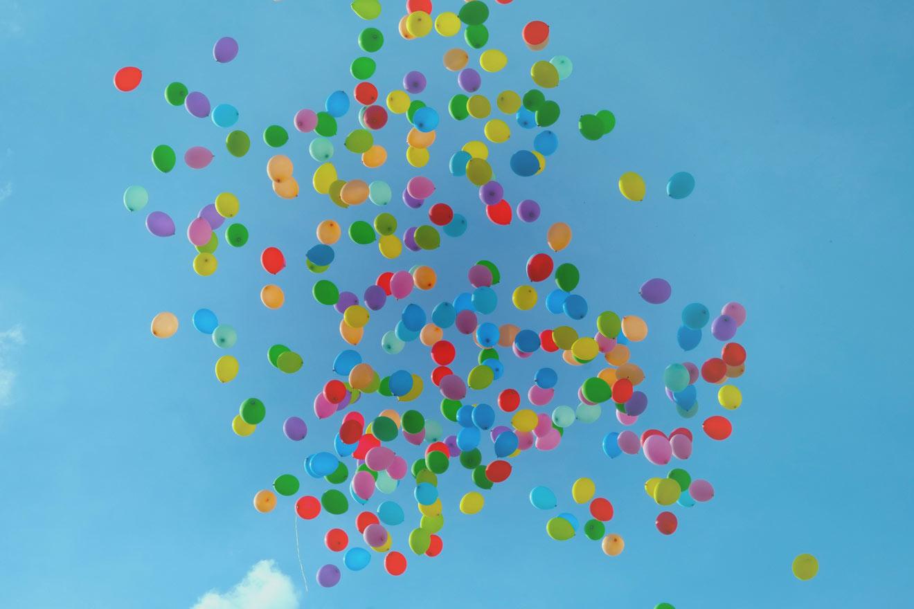 空を飛ぶ無数の風船
