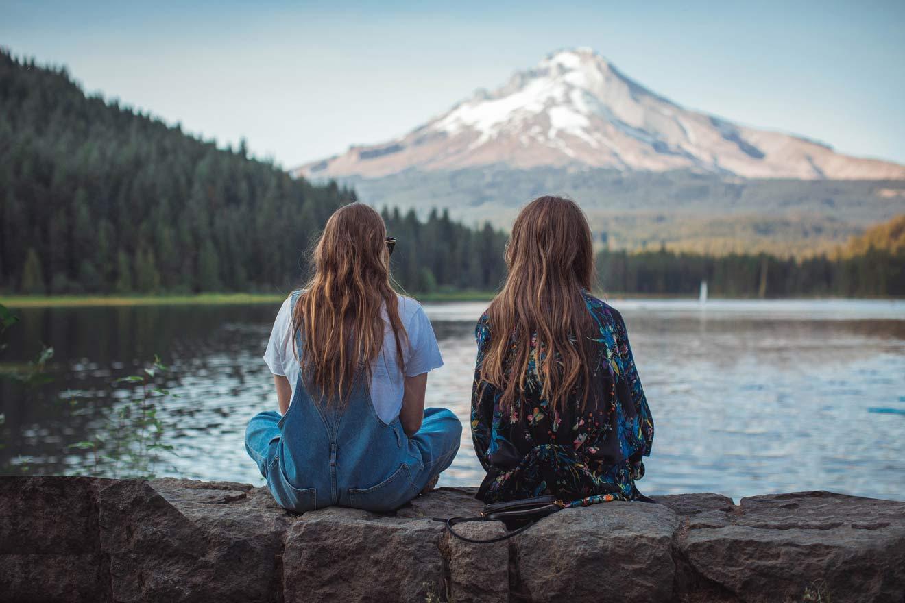 景色を眺める2人の女性