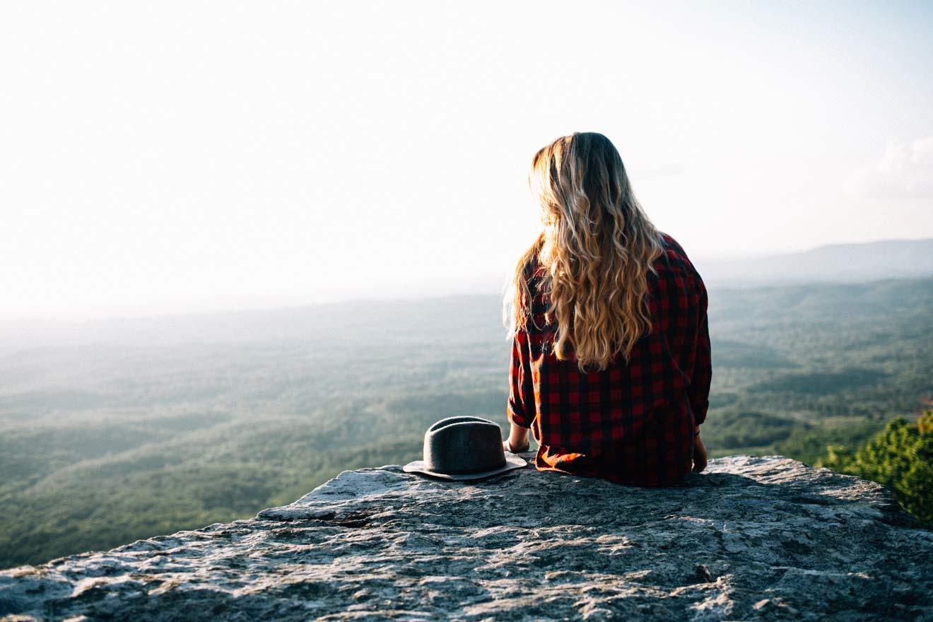 崖で景色を見る女性