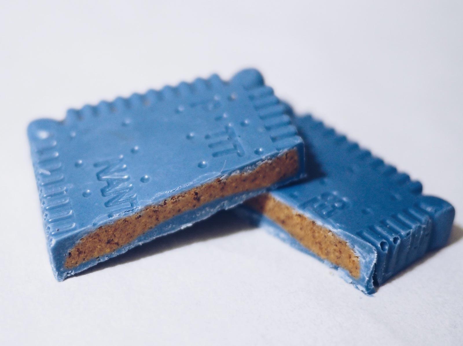 LUのプチ・ブールと青いチョコレートのコラボアイテム「ビスケット型チョコレート」