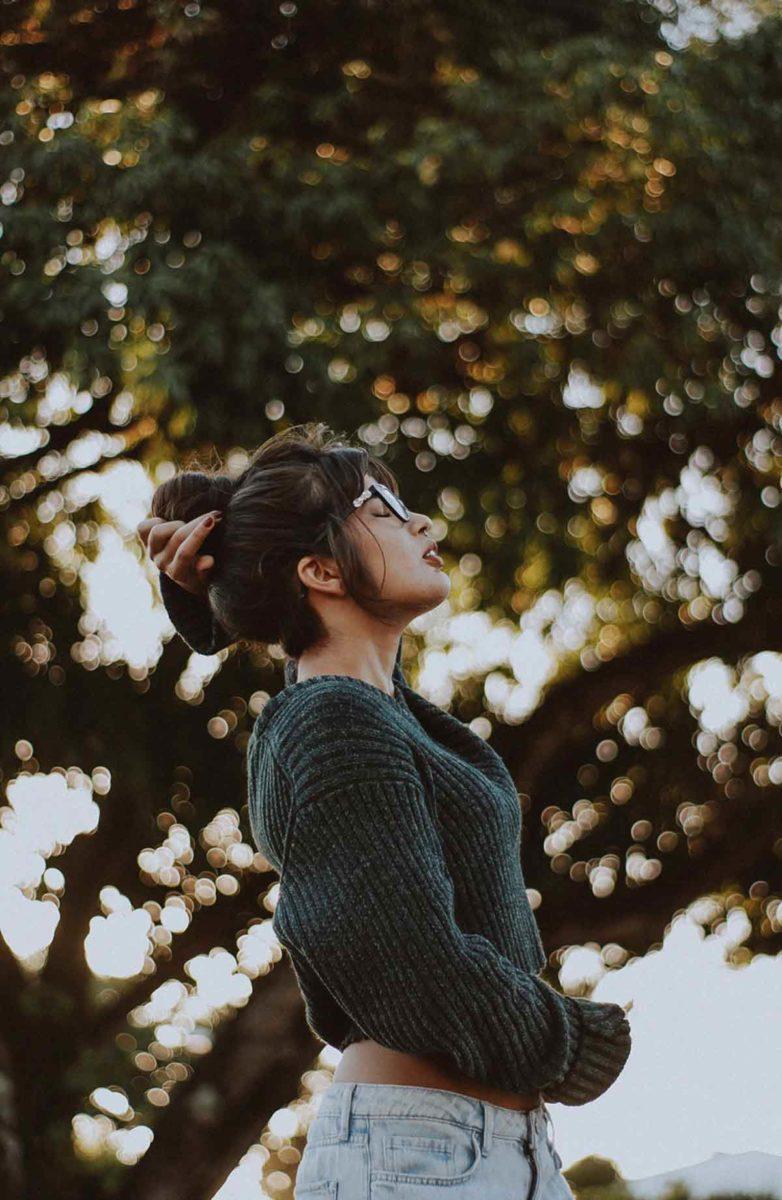 空気を吸う女性