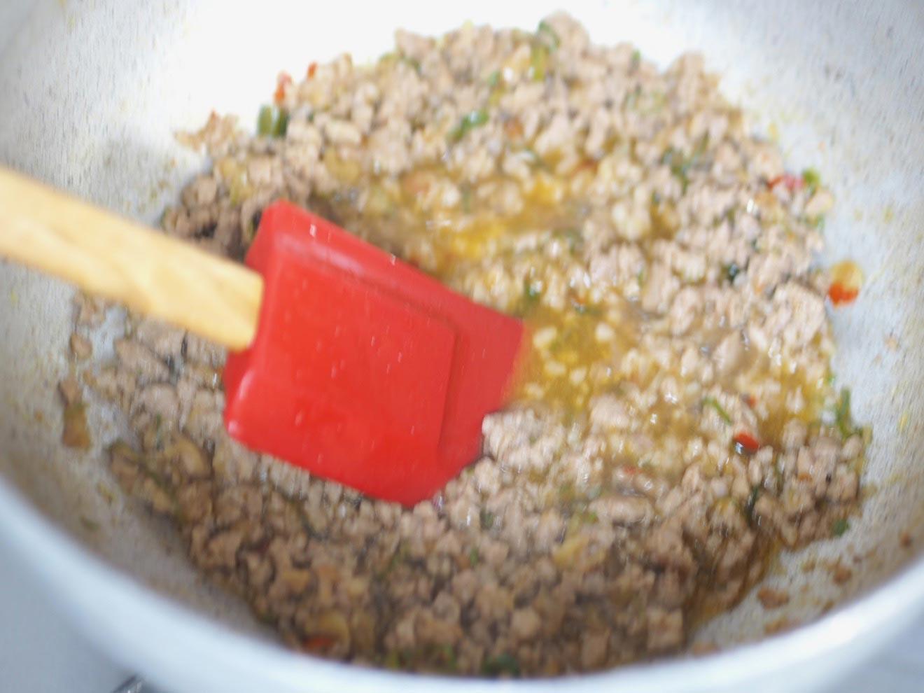 豚挽き肉を炒める