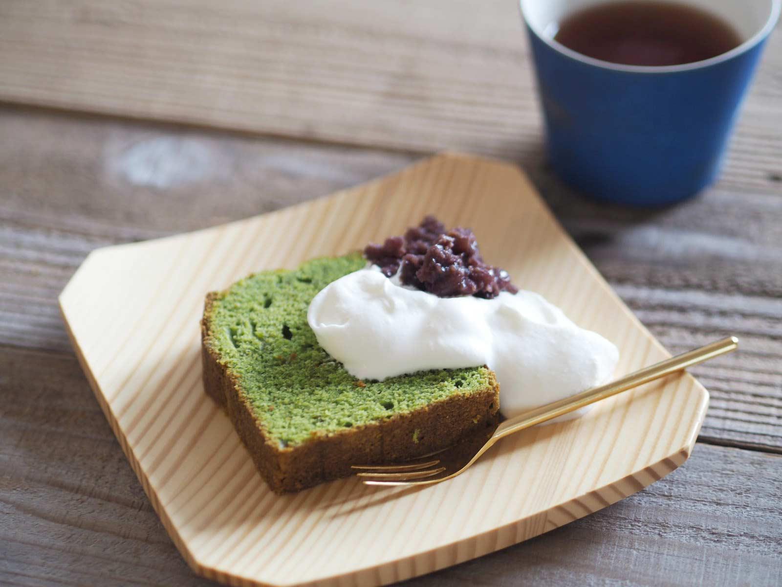 生クリームと小豆をトッピングした抹茶パウンドケーキ