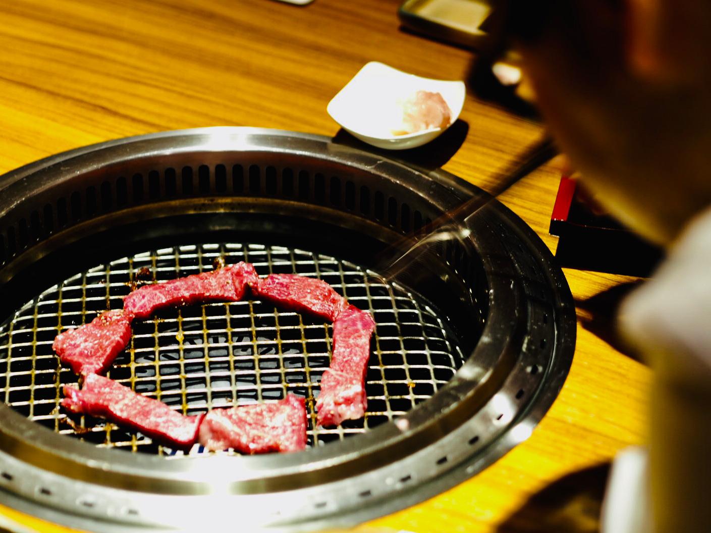 格之進の肉おじさん熟成肉を焼く