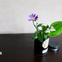 花瓶活けられたズズランとミヤコワスレ