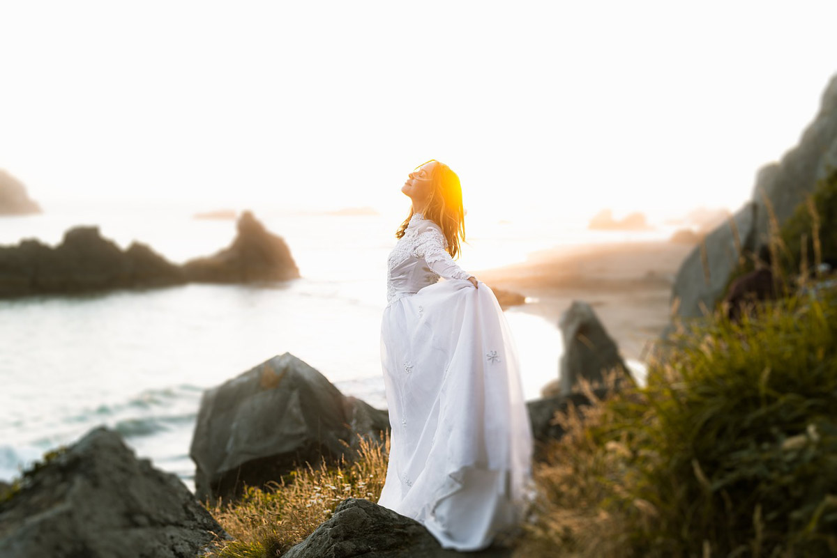 岩場に立つ女性