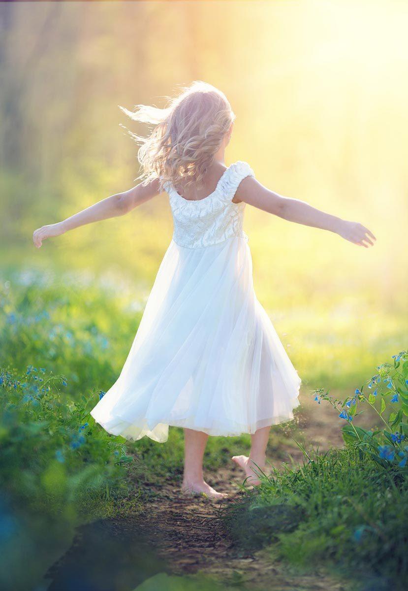 草原を歩く女の子