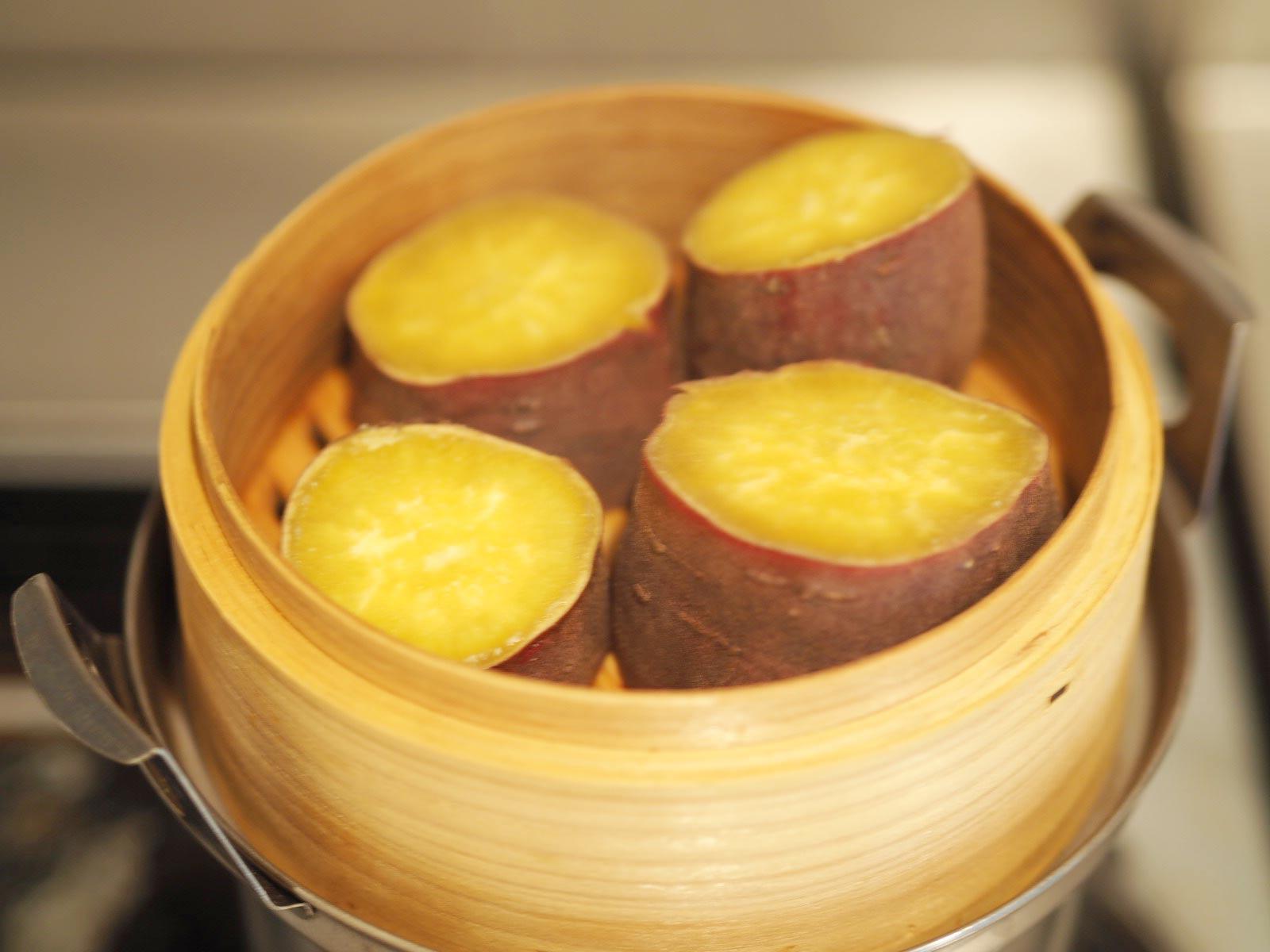 蒸籠でふかしたサツマイモ