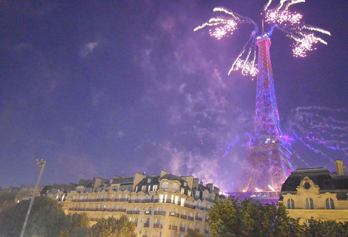 パリ祭 エッフェル塔と花火