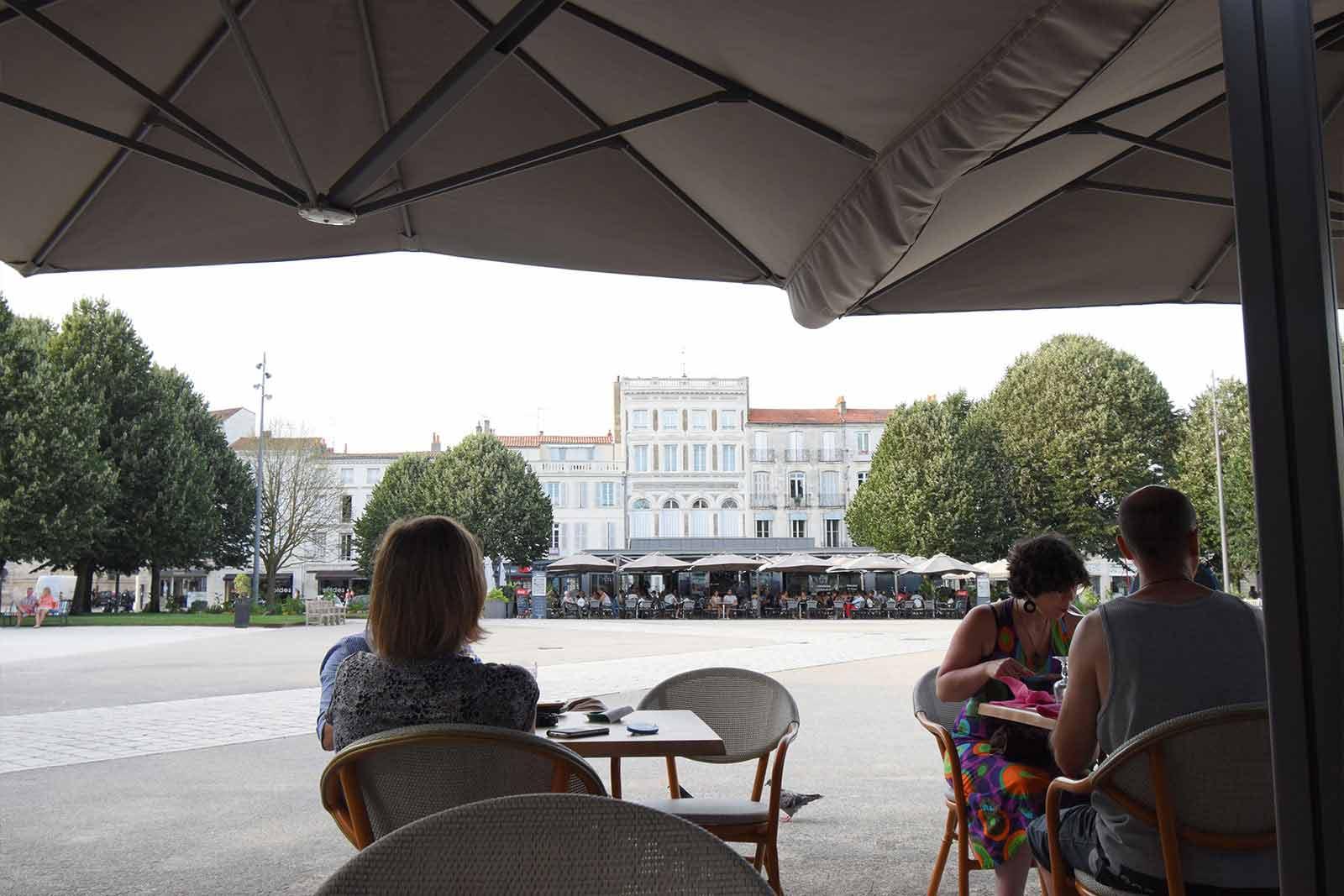 コルベール広場のカフェ