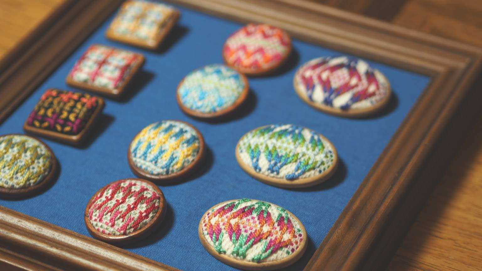 スウェーデン刺繍のブローチ