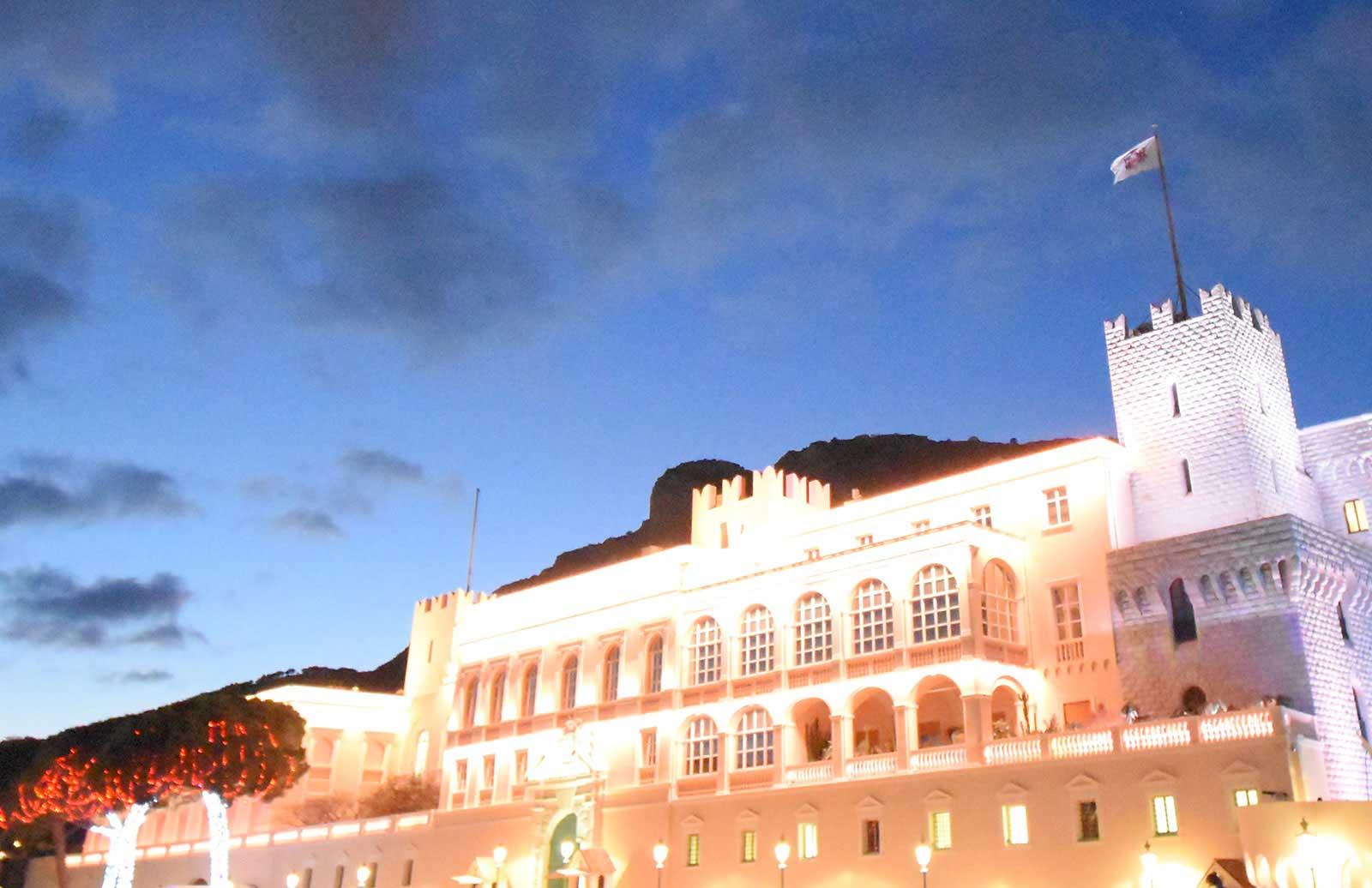 高台の上に聳え立つモナコ宮殿