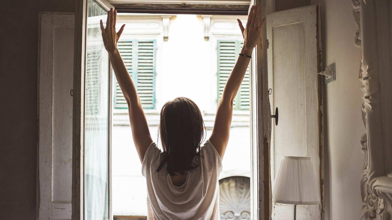 窓辺に立つ女性