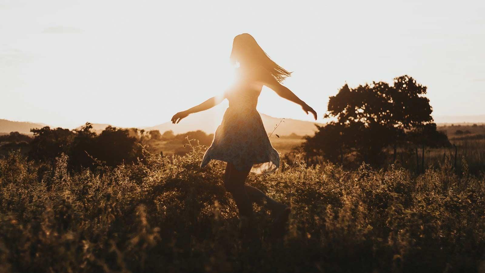 草原を歩く女性
