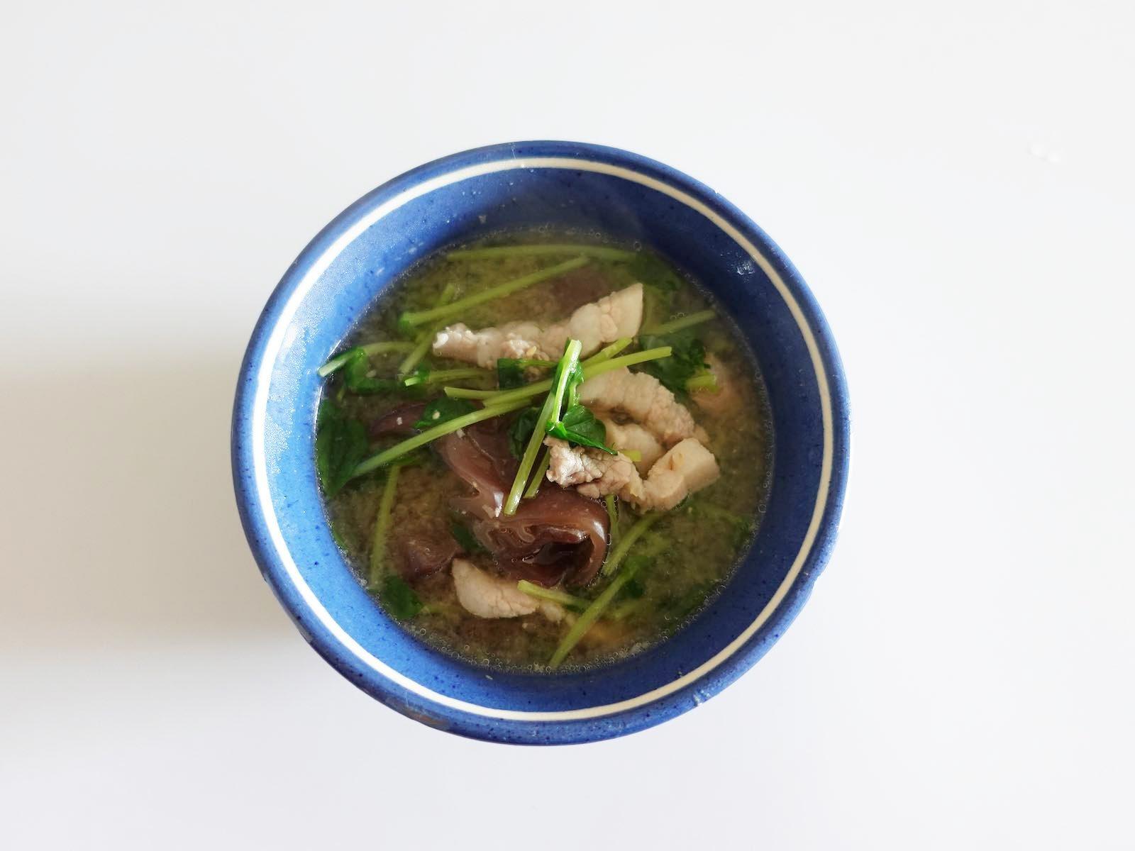 豚肉と豆苗ときくらげの味噌汁