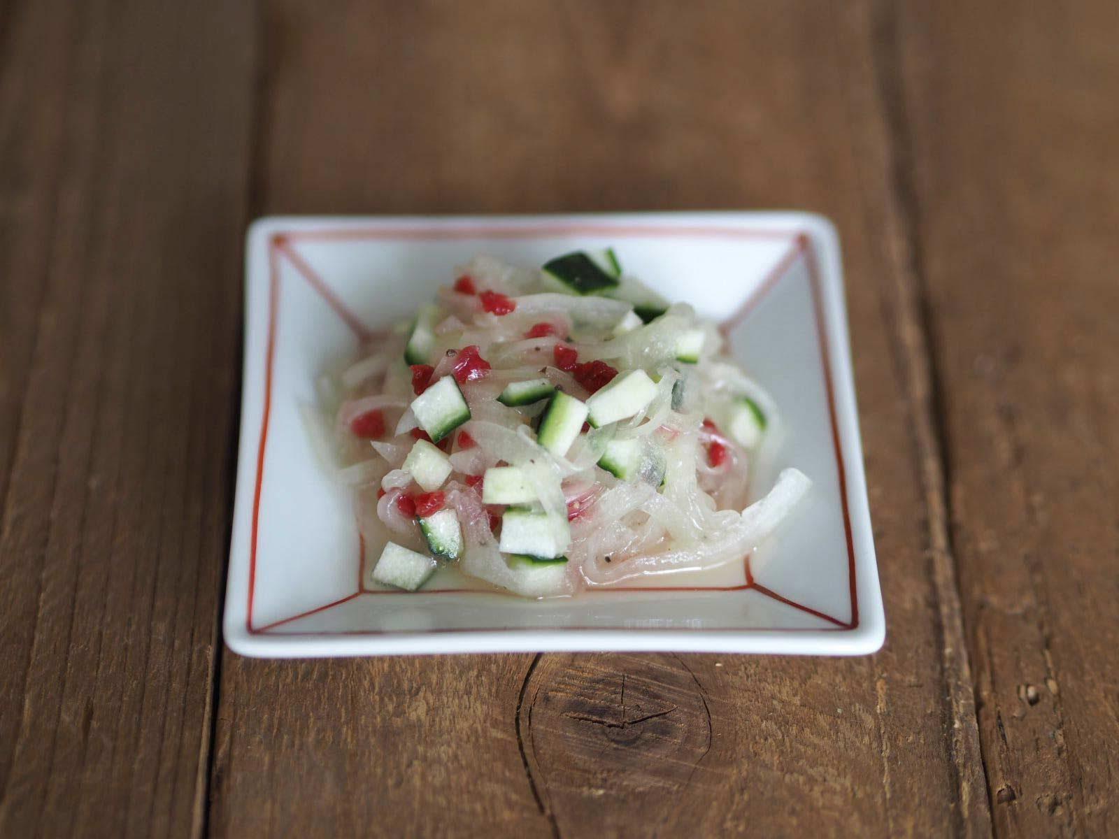 「玉ねぎのドレッシング漬け」+角切りのきゅうり+カリカリ梅