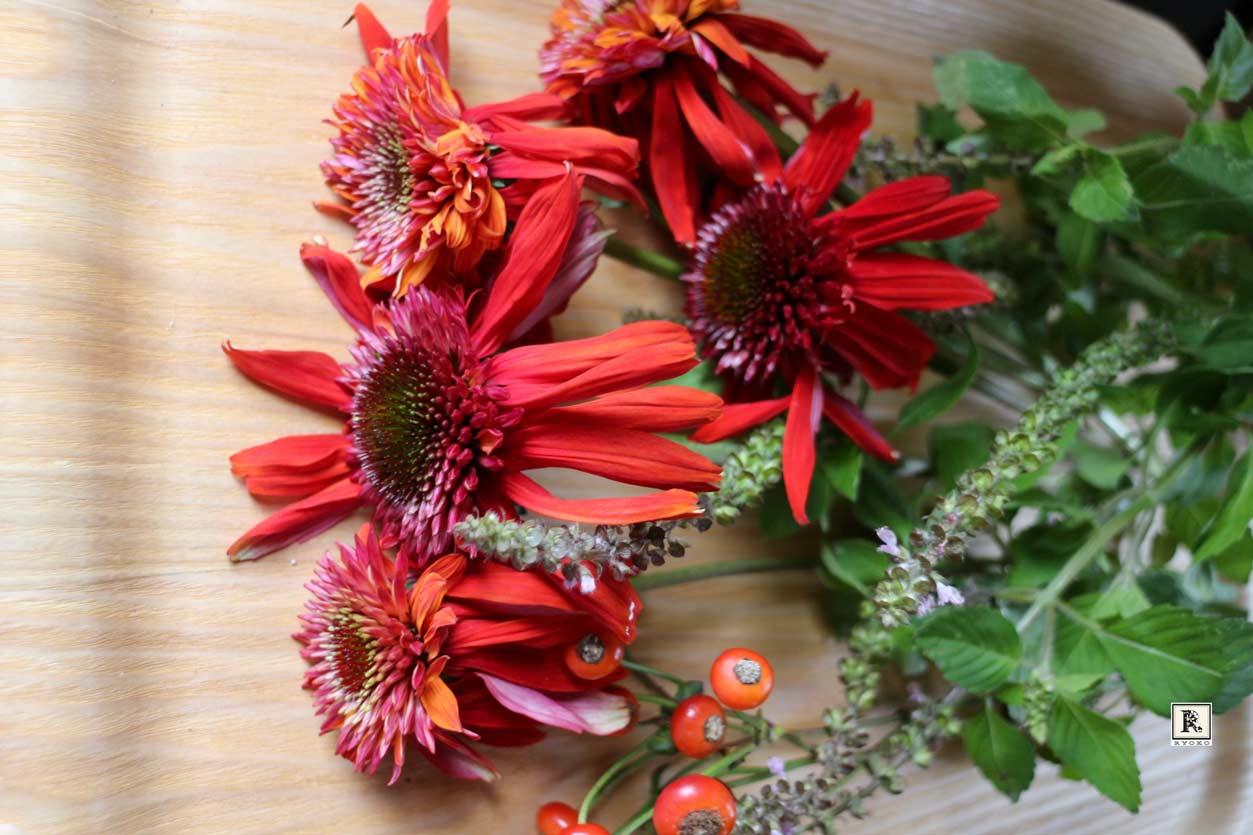 赤い花とハーブ