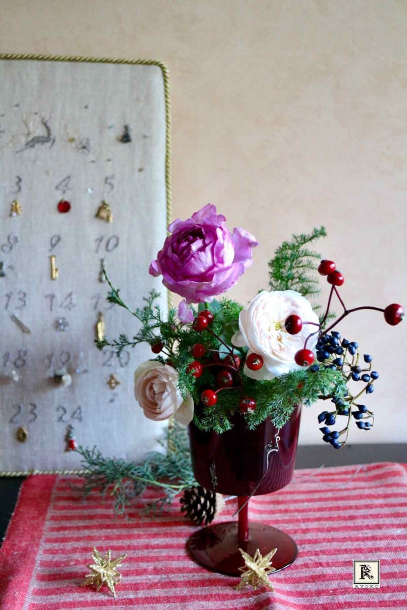 クリスマスグリーンとバラ