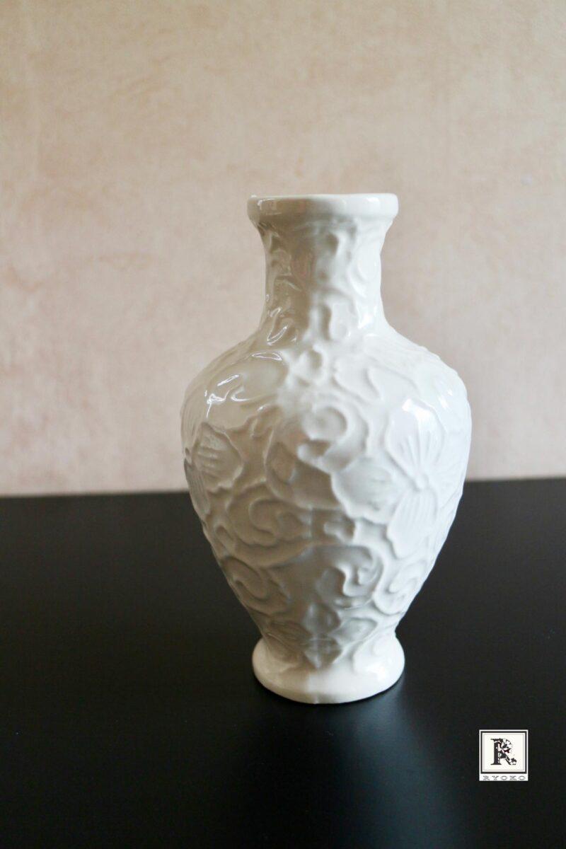 白い陶器の花瓶