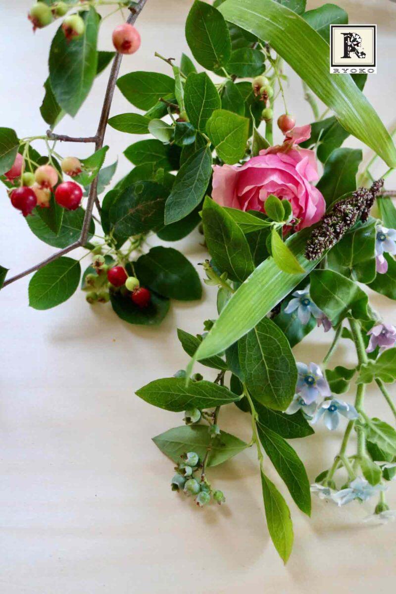 ベリー系の枝物と初夏の花