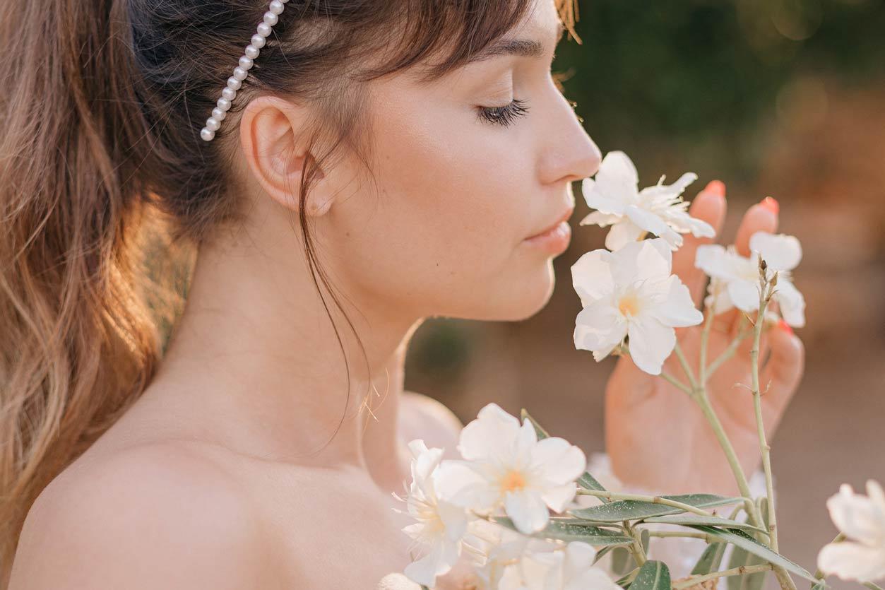 花を香りを楽しむ女性