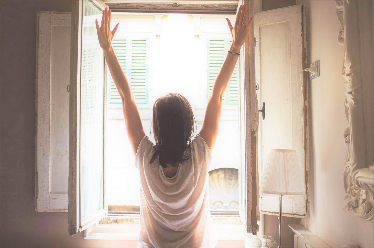窓に向かう女性