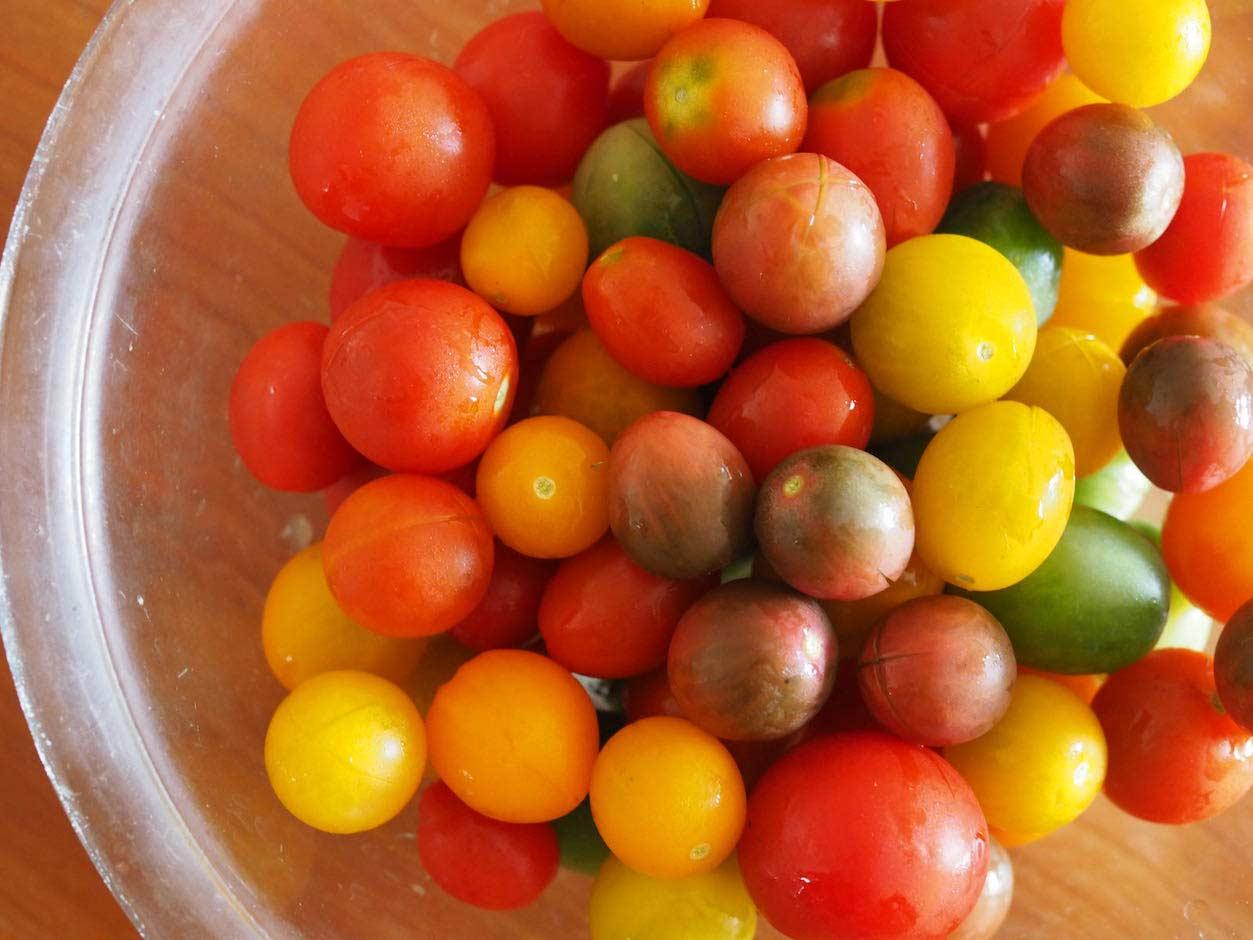 十字に切れ目を入れたミニトマト