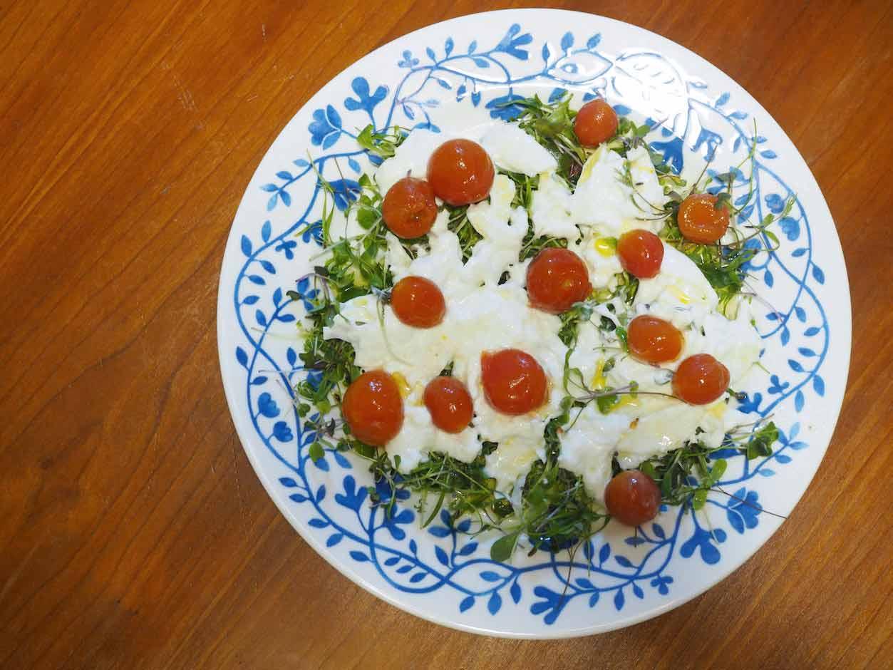 トマトとブラッターチーズのサラダ