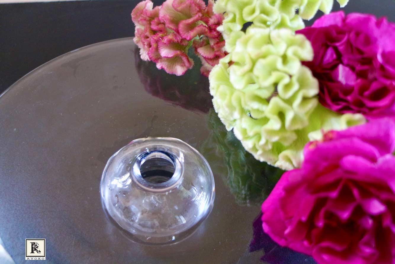 ケイトウ、バラ、花器